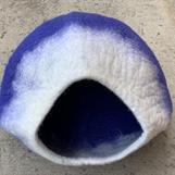 Klarblått med vit krage