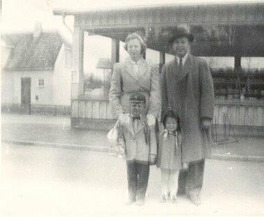 Familien Ingebretsen utenfor kooperativet en gang på femtitallet