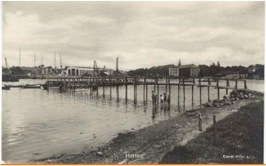 Marinebasen sett fra Strandpromenaden. (Udatert postkort) Kilde: Privat eie, Bjørnstad, Horten