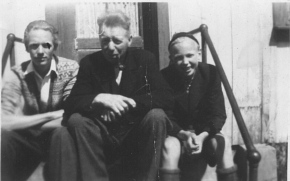 John Løken med faren og broren Finn til høyre
