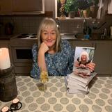Lycklig författare dricker champagne och beundrar sin nya bebis