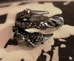Lohikäärmeen koura, sormus