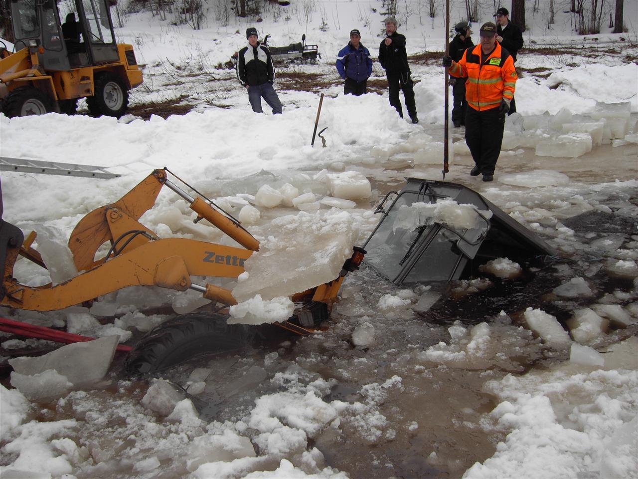 Traktor som gått igenom isen