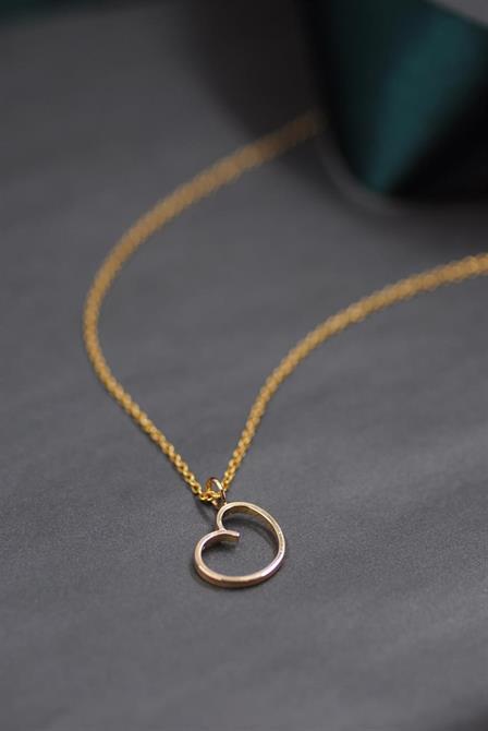 Ett bulligt hjärta att hänga om halsen, tillverkat av en slät guldring.