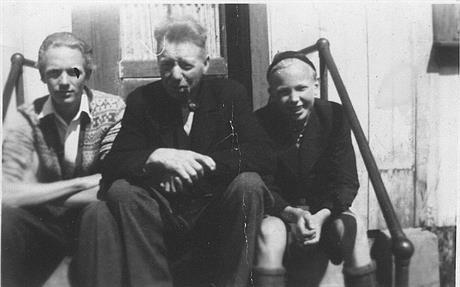 John Løken med faren og broren Finn til høyre. Kilde: Privat eie, John Løken, Horten