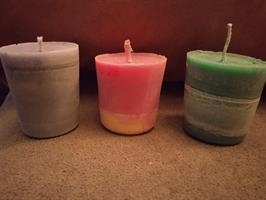 Kolme pikku kynttilää yhdessä