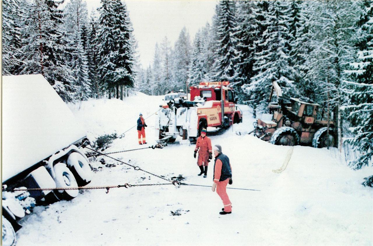Bärgning av lastbil med hjälp av bärgare och timberjack på 80-talet
