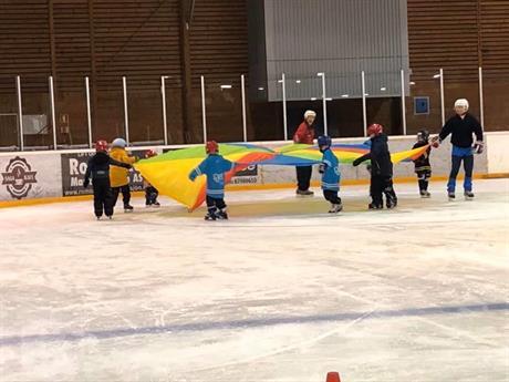Skøyte- og hockeyskolen er gøy på isen!