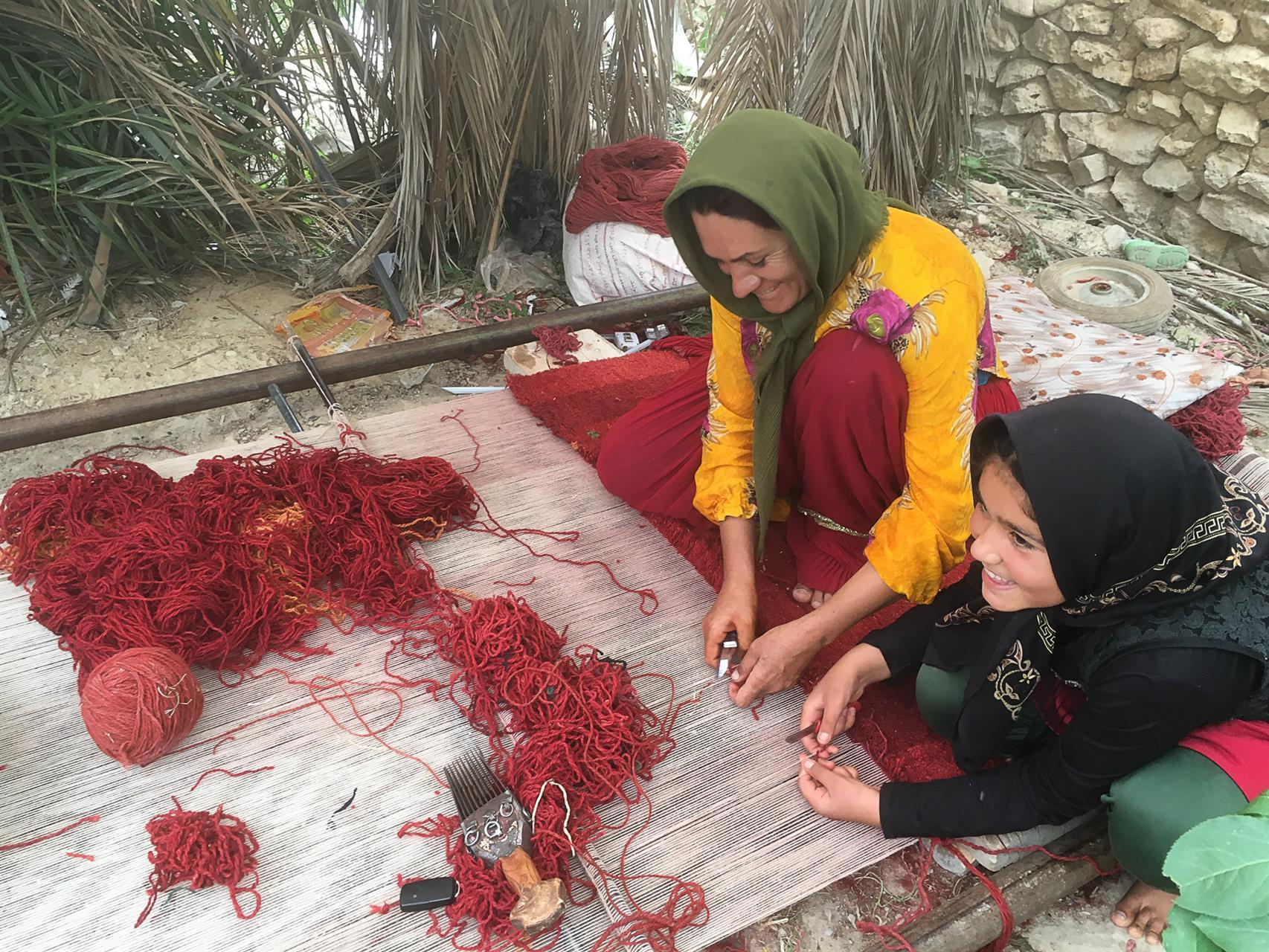Knytting av teppe i en iransk landsby
