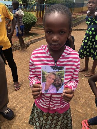 """Blessing Mudonyi med sitt """"sponsorkort"""""""