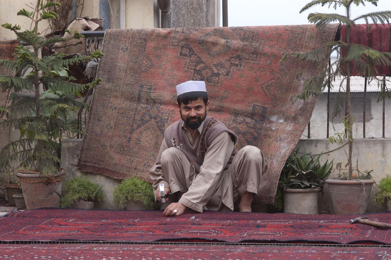 Reparatør av afghanske tepper i Peshawar