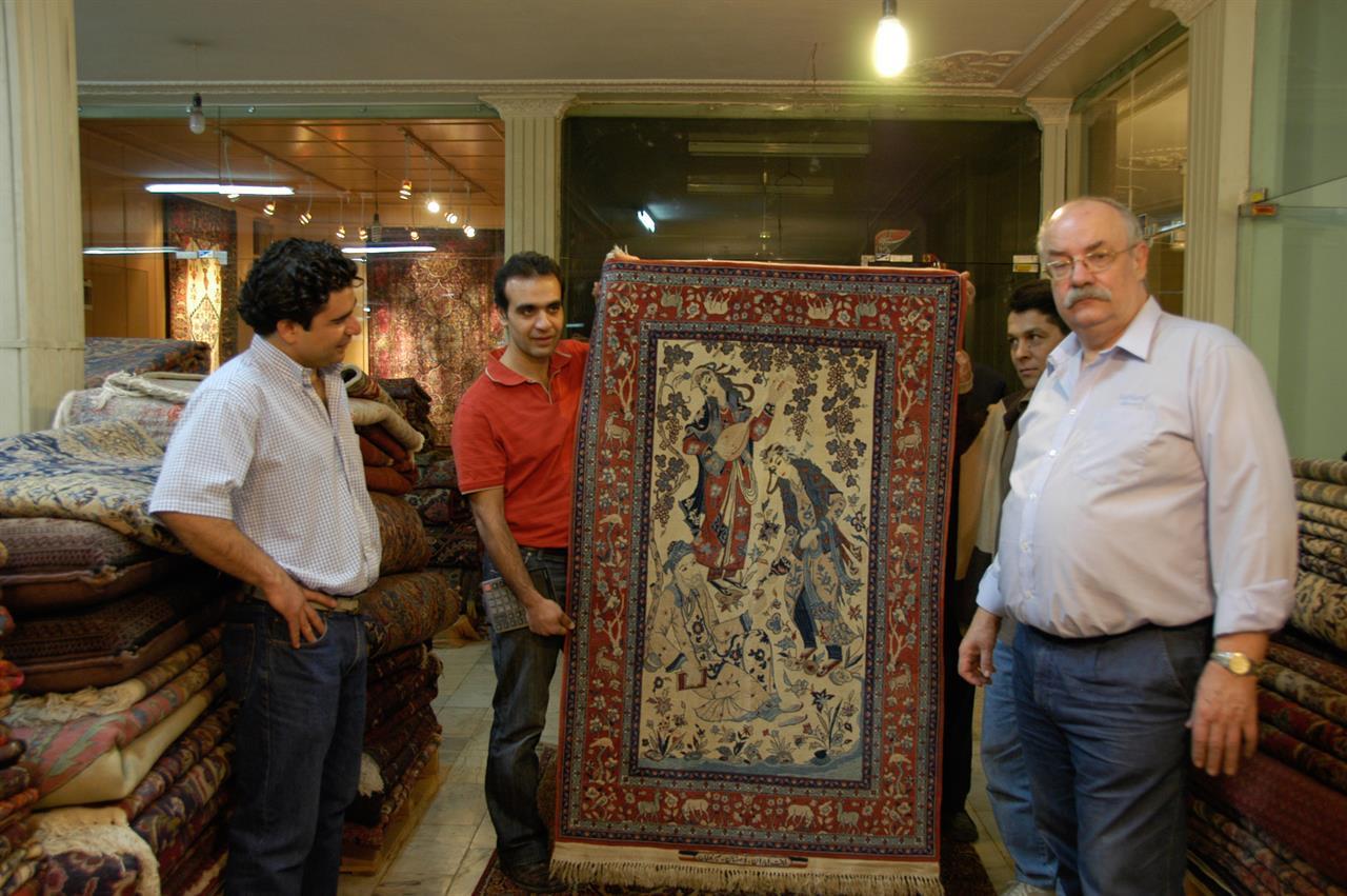 Med et Seirafian-teppe fra Isfahan