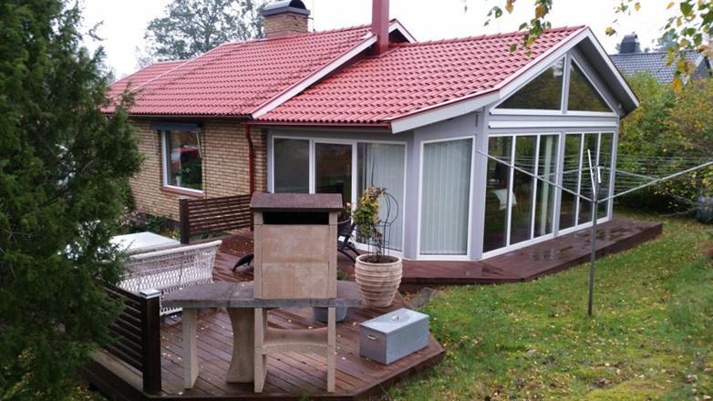 Nytt tak och tillbygge med kamin. Terass och en grill på 545kg..