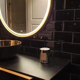 Rundt speil og svart bolleservant