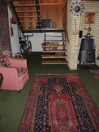 Hall med kurdisk teppe i kellegi-format