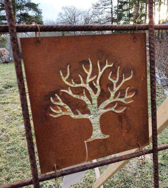 Rostfärgad skylt träd