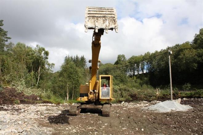 Gamle cat 225 har begynt arbeidet med å grave ut tomta til verkstedet hjemme