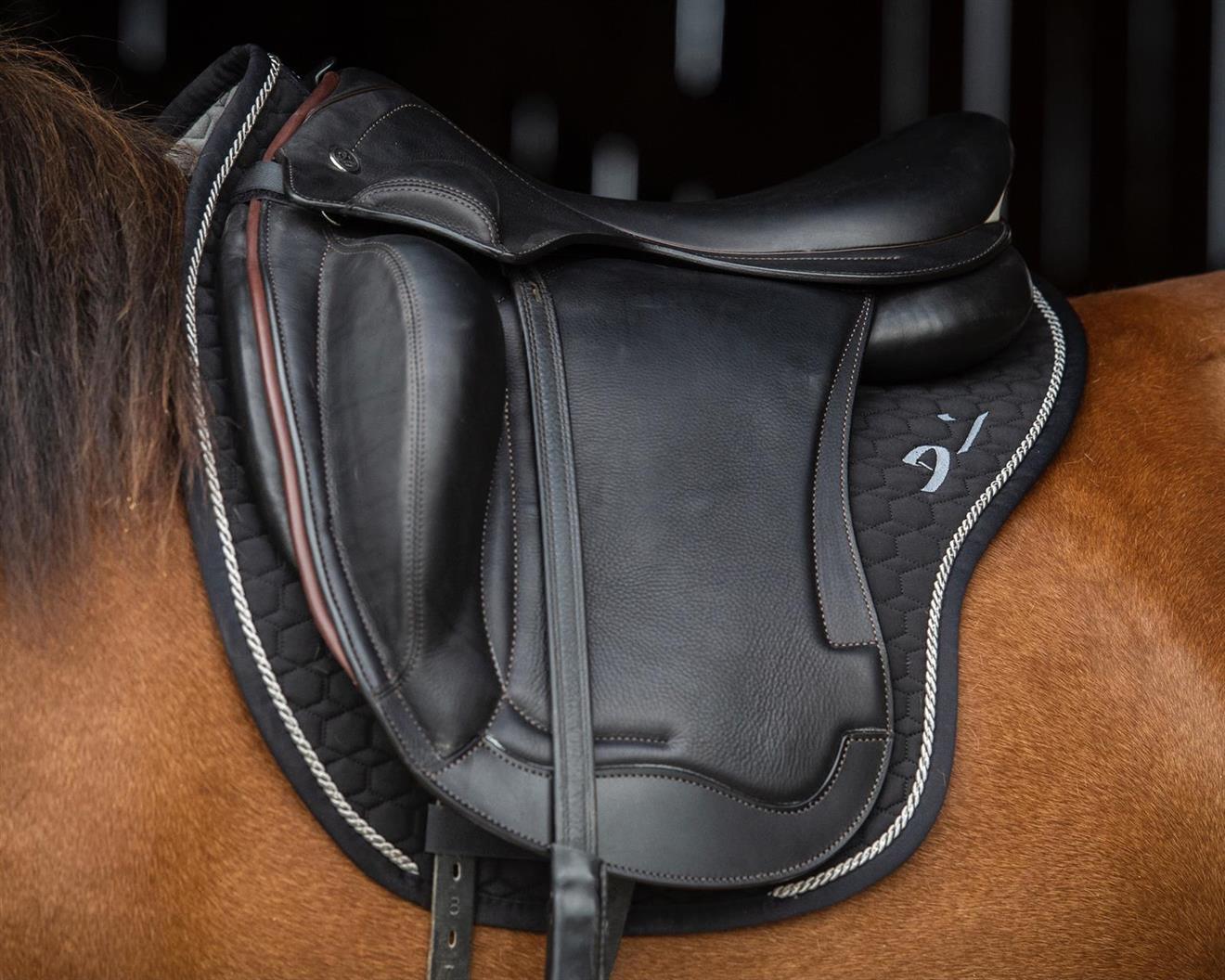 Schalock Denni Design Mattes Svart med Saddle-fix