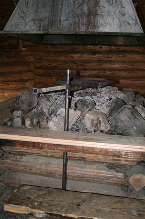 """Grillkåtan är utrustad med vårt galler, 30x40cm med rör som slagits ner i marken """"markfäste""""."""