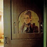Vykort Porträtt av Karin Larsson på dörren