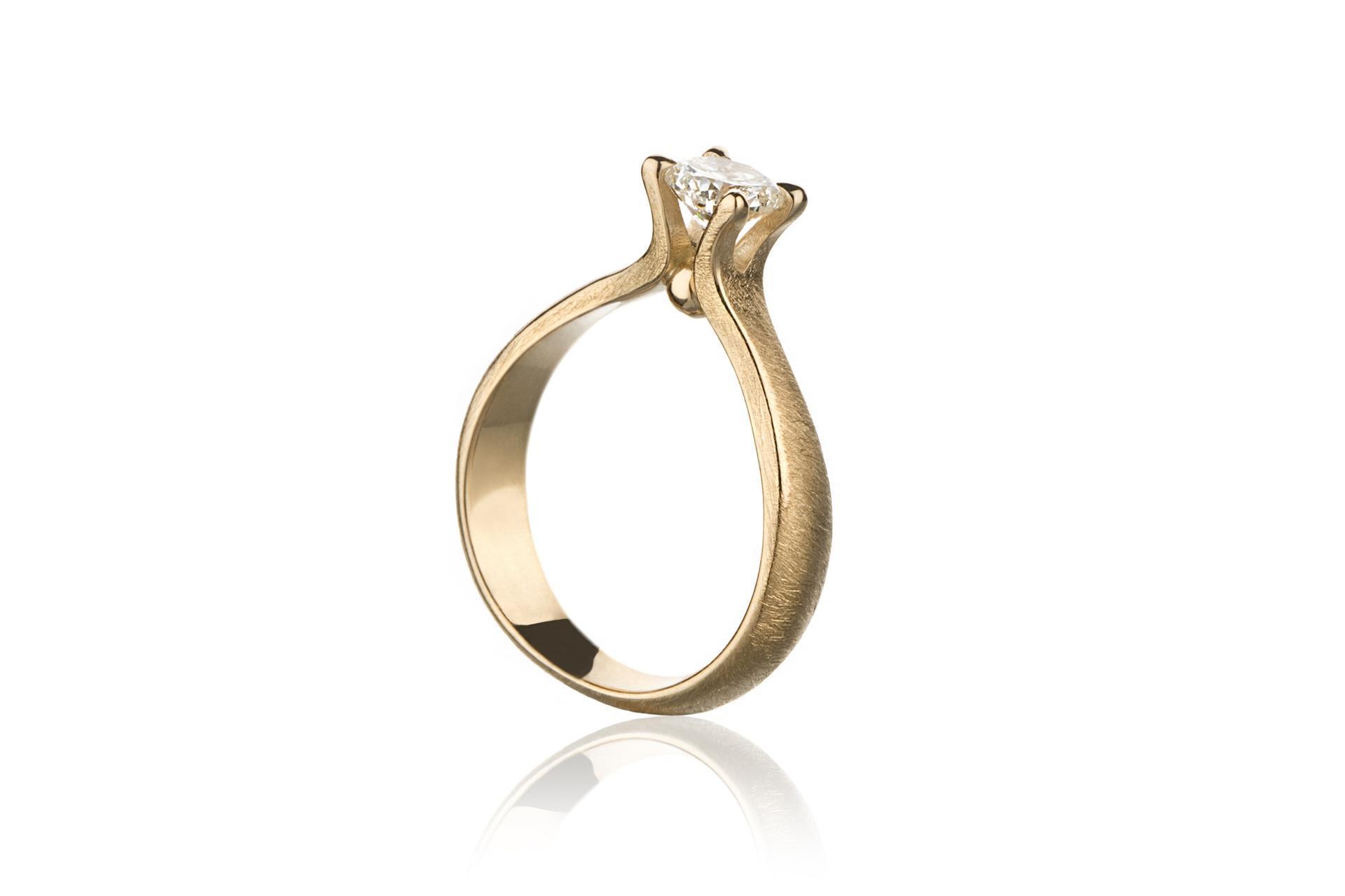 Diamantring. Custommade diamantring. Omsmelting av kundens gull.