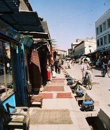 Tepper i Chicken street i Kabul i strømgeneratenes tid