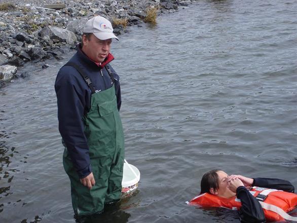 Föredrag och demonstration av reaktioner i kallt vatten