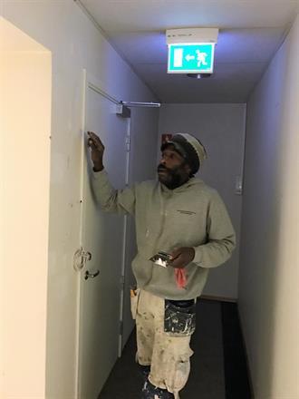 Benjamin flekksparkler dørkarmer før oppmaling