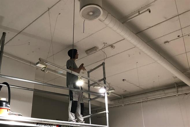 Philip forbereder og maskerer for sprøyting av himlinger og øvre del vegg,