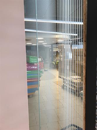 Ferdig montert og tørket opp, stripete skjør vinyl på glasset