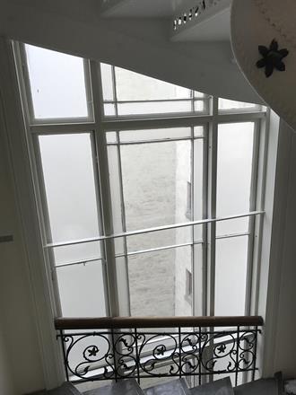 Store vindusfelt over tre etasjer