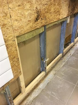 Fjernet fliser og deler av vegg,. Renset og desinfisert før oppbygging