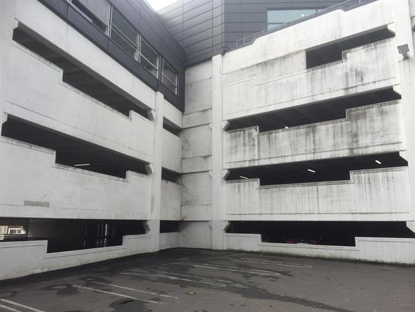 Vann etter slukking blandet med sot har rent nedover fasaden