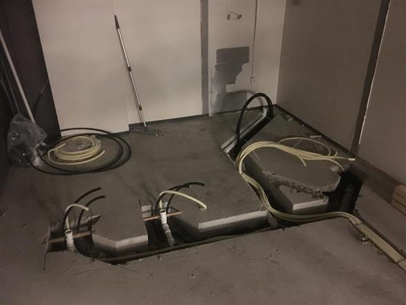 Fedrig slisset i dekket, rør og el på plass før støping