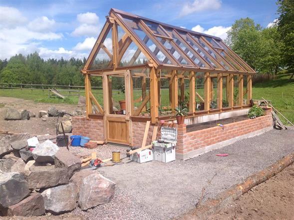 Markarbete runt växthus påbörjat