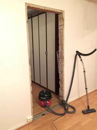 Gamle dører med karm er tatt ned, Henry støvsuger er kjekk å ha :)
