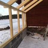 Stommen är utav limträ i 90x90 mm samt grövre i tak