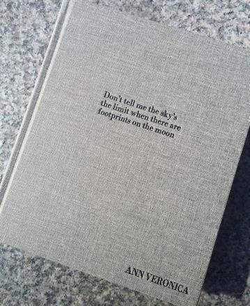 Sort preg på Record Light Grey bok 170x200
