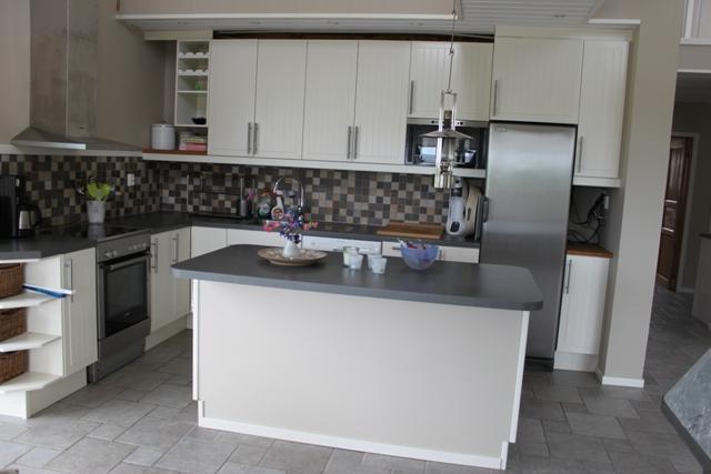 Köket med trevlig köksö