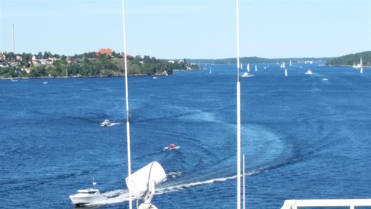 Vacker sommardag med härligt båtliv