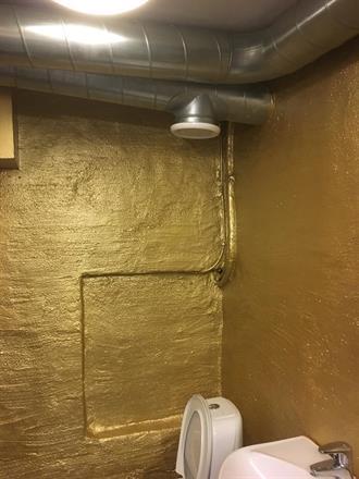 Her ble det gullmaling inne på toalett fasilitetene