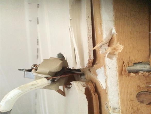 Her har noen ordnet selv, strømførende uisolert i veggen, elektriker byttet alt
