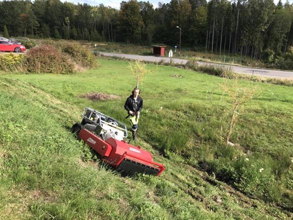 Radiostyrt beitepusser klipper gresset i vanskelig terreng