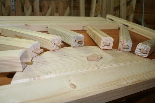 solpinnarna fästes medlim o träbrickor