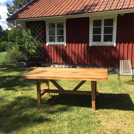 Mycket fint kundbyggda bord i massiva ekskivor