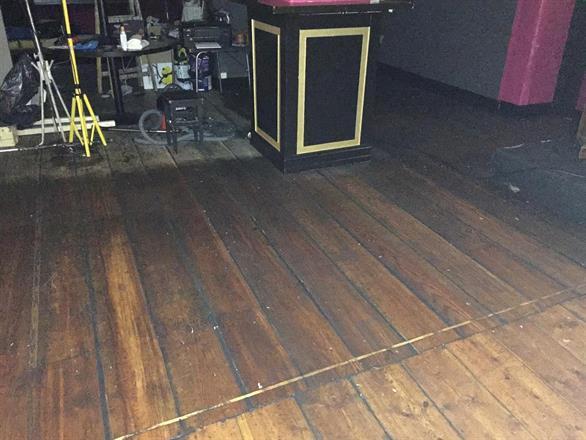 De gamle gulvene skures opp og sprekker tettes før oljing med to komponent