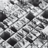 Vi har løse typer/bokstaver i 3 forskjellige alfabeter i butikken: Bodoni 36pt, Bodoni 20pt og Helvetica 20pt