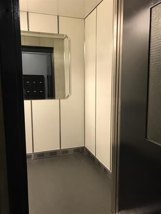 Heisen er ferdig lagt og orginalspeilet fra 1897 er på plass etter at en leietager har tatt vare på det