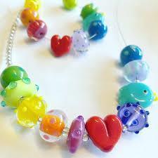 Kavatglas tar ställning, beställ gärna ditt Pride-smycke hos oss