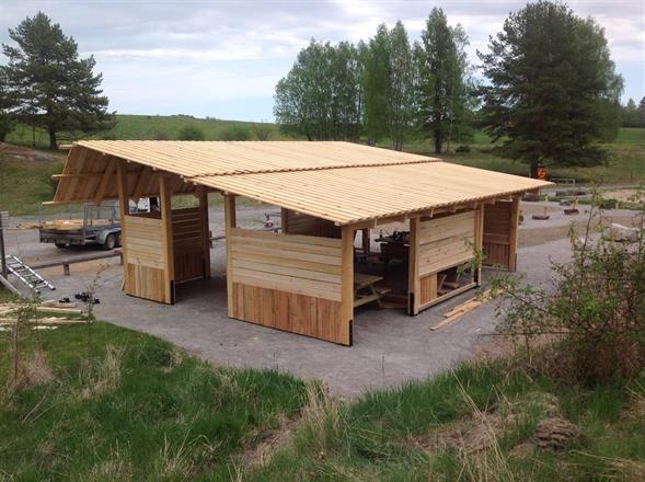 Taket består utav furufalor som har frästa spår för att vattnet ska rinna av lättare